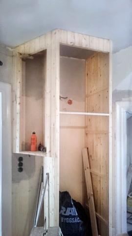 Ett pärlpontskåp under uppbyggnad.